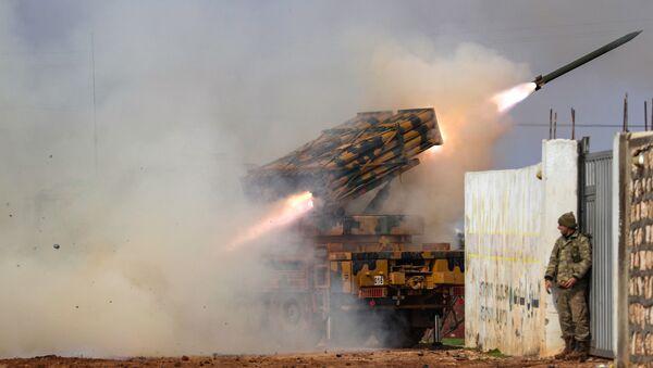 Турски мобилни вишецевни бацач ракета пуца на положаје сиријских владиних снага у провинцији Идлиб - Sputnik Србија