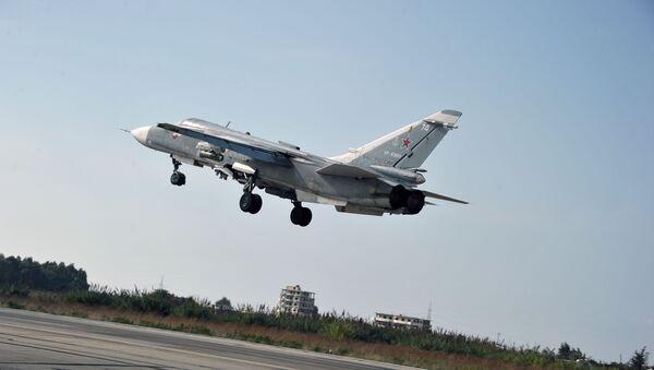 Ruski bombarder Su-24 poleće sa baze Hmejmim u sirijskoj provinciji Latakija - Sputnik Srbija