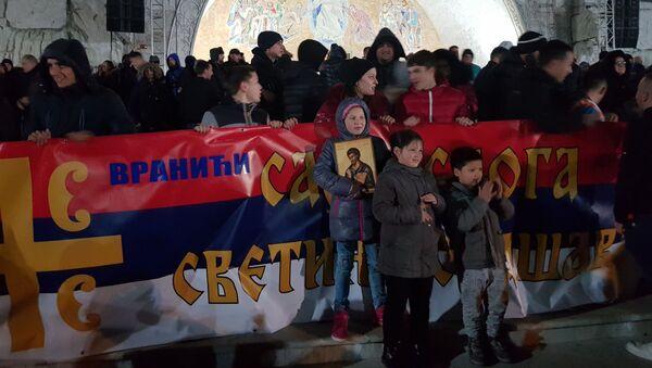 Narod okupljen ispred hrama Hristovog vaskrsenja u Podgorici - Sputnik Srbija