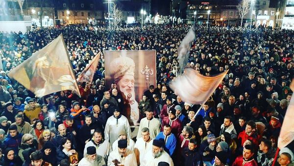 Nikšićani su nakon molebana izašli na litiju u velikom broju noseći bilbord sa likom patrijarha Pavla - Sputnik Srbija