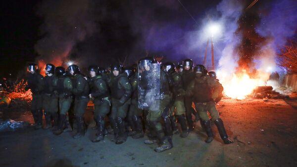 Sukob demonstranata i policije u Poltavskoj oblasti, gde su smešteni evakuisani iz Kine - Sputnik Srbija