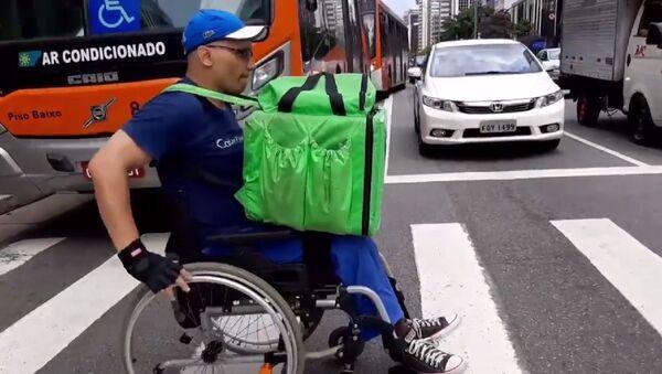 Brazilac raznosi hranu u invalidskim kolicima - Sputnik Srbija