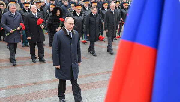 Председник Русије Владимир Путин полаже венац на гроб Незнаног јунака - Sputnik Србија