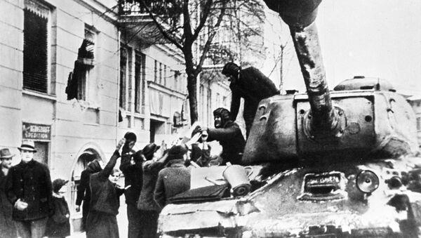 Становници Познања дочекују совјетске војнике у Другом светском рату - Sputnik Србија