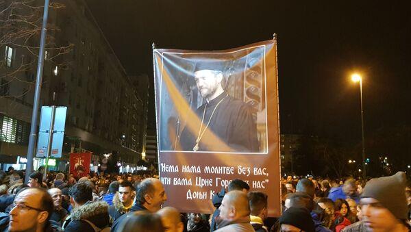 Плакат са ликом и цитатом оца Гојка Перовића - Sputnik Србија