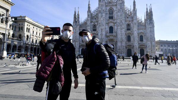 Turisti ispred katedrale Duomo u Milanu - Sputnik Srbija