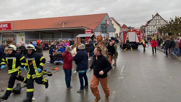 Људи на месту догађаја након што је аутомобил упао у карневалску параду, у којој је повређено неколико људи у Волкмарсену, Немачка, 24. фебруара 2020. - Sputnik Србија