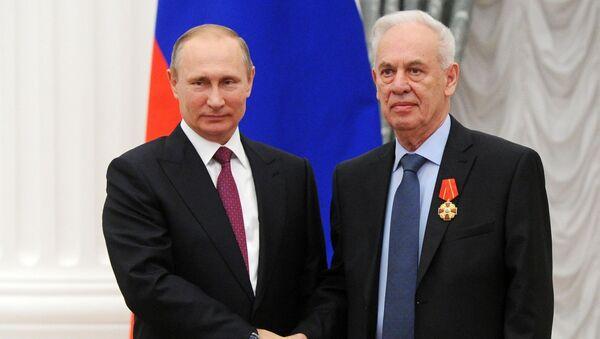 Konstruktor ruskog lovca-bombardera Su-34 Rolan Martirosov i predsednik Rusije Vladimir Putin - Sputnik Srbija