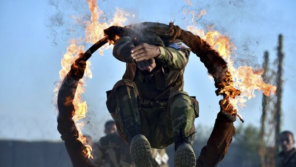 Турски војник у сиријској армији на војној вежби пролази кроз ужарени обруч - Sputnik Србија