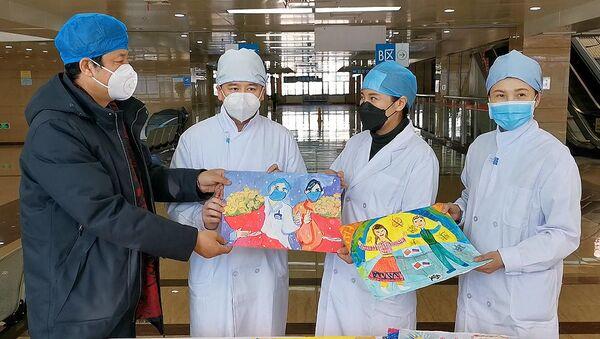 Доктори у Кини са цртежима које су добили од деце из Русије - Sputnik Србија