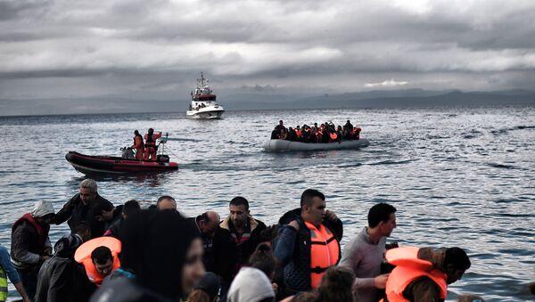 Мигранти на чамцима близу грчке обале - Sputnik Србија