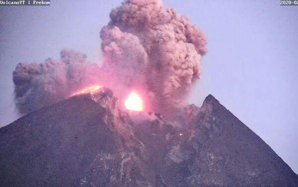 Јака ерупција вулкана Мерапи у Индонезији - Sputnik Србија