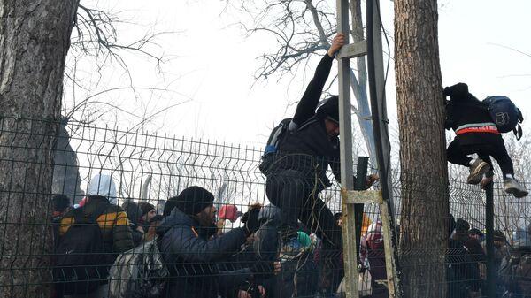 Izbeglice pokušavaju da pređu granicu - Sputnik Srbija