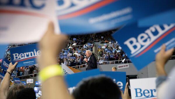 Председнички кандидат Демократа Берни Сандерс обраћа се присталицама у Фениксу, Аризона. - Sputnik Србија