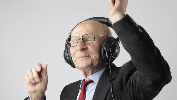 Penzioner sluša muziku i igra - Sputnik Srbija