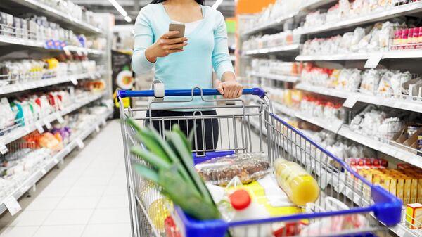 Жена у супермаркету - Sputnik Србија