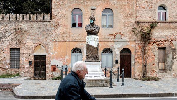 Statua w medycznej masce w San Fiorano, Włochy - Sputnik Србија
