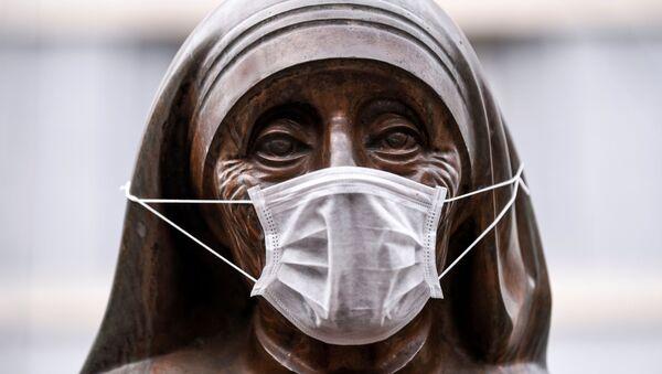 Statua św. Teresy w masce medycznej, Kosowo  - Sputnik Србија