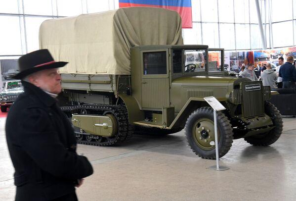 Камион с полугусеницама ЗИС-42  - Sputnik Србија