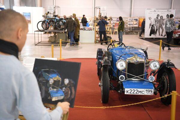 """На изложби је организовано и сликање, човек слика британски тркачки аутомобил """"Рајли бруклендс"""" из 1930.  - Sputnik Србија"""