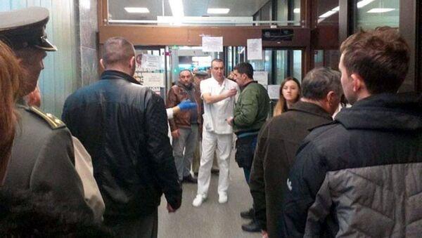 Пацијенти чекају у реду испред ВМА због тестирања на коронавирус - Sputnik Србија