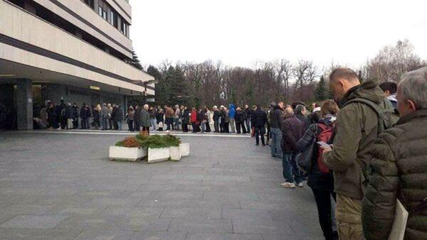 Pacijenti čekaju u redu ispred VMA zbog testiranja na koronavirus - Sputnik Srbija