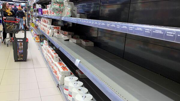 Poluprazni rafovi u prodavnici u Madridu - Sputnik Srbija