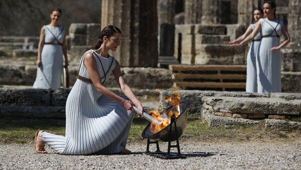 Грчка глумица Ксанти Георги пали олимпијски пламен испред разрушеног Храма богиње Хере - Sputnik Србија