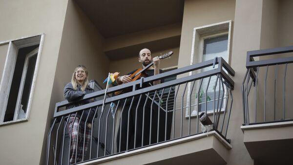 Italijani pevaju u karantinu - Sputnik Srbija