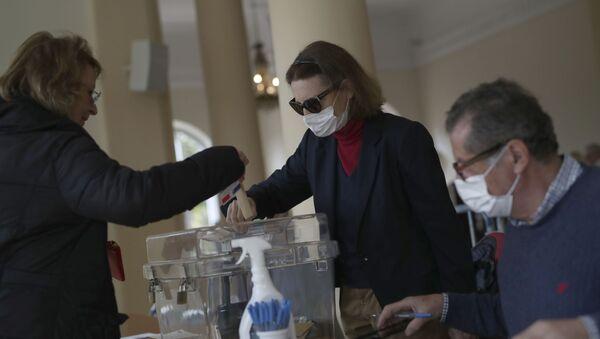 Жена гласа на локалним изборима у Француској - Sputnik Србија