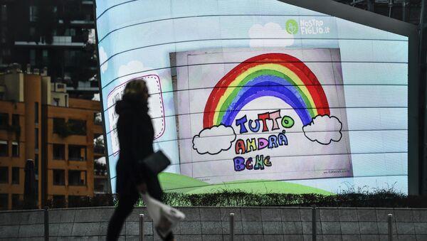 Жена у Милану пролази поред билборда са поруком Све ће бити добро. Због наглог ширења коронавируса цела Италија је у карантину. - Sputnik Србија