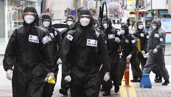 Južnokorejski vojnici u zaštitnim odelima tokom dezinfekcije u Daeguu u Južnoj Koreji - Sputnik Srbija