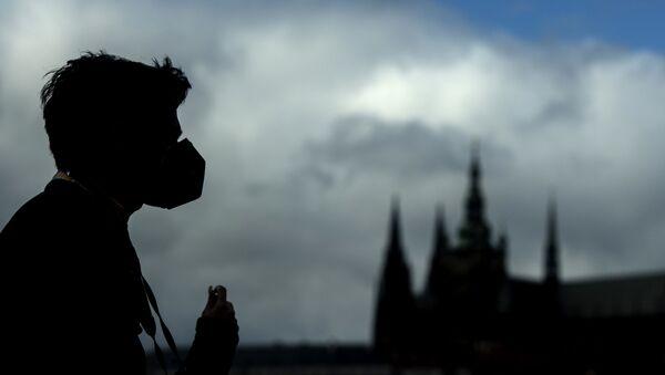 Silueta muškarca sa medicinskom maskom na Karlovom mostu u Pragu - Sputnik Srbija