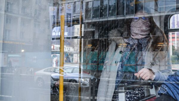 Жена са маском у градском превозу - Sputnik Србија