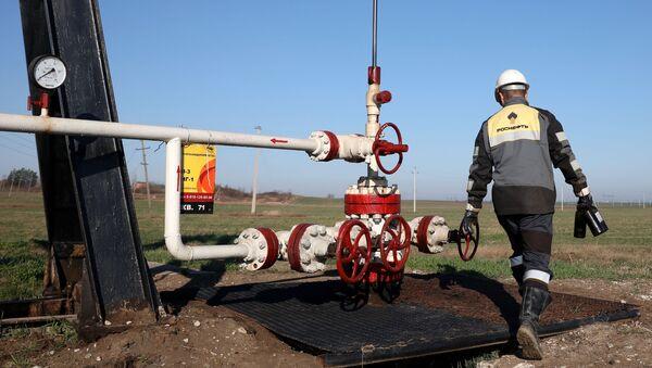 Радник компаније Росњефт на налазишту нафте у Краснодарском крају - Sputnik Србија