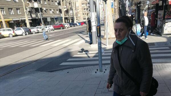 Penzionerka sa maskom spuštenom - Sputnik Srbija