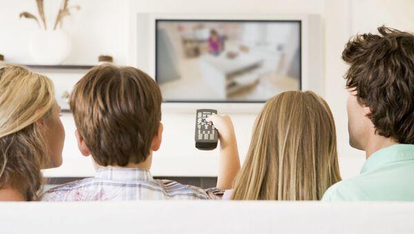 Породица гледа ТВ - Sputnik Србија