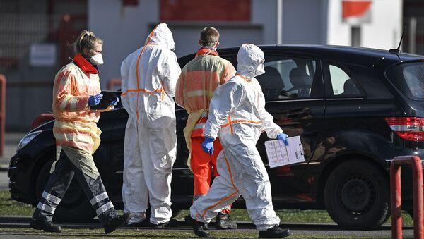 Vatrogasci i radnici Crvenog krsta uzimaju uzorke za test na koronavirus od vozača automobila u Nemačkoj - Sputnik Srbija