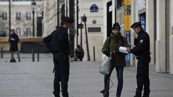 Контрола грађана који се крећу на Шанзелизеу - Sputnik Србија