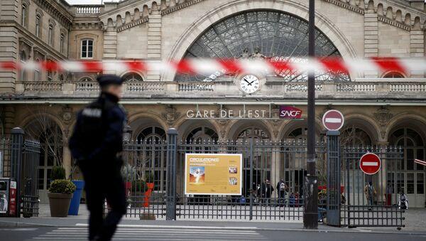Francuski policajac ispred inače najprometnije metro stanice - Sputnik Srbija
