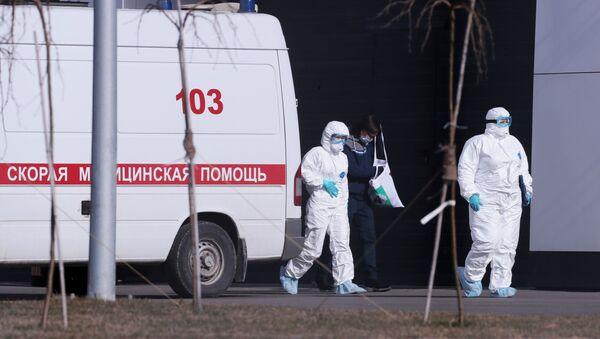 Lekari ispred bolnice za obolele od koronavirusa u Rusiji - Sputnik Srbija