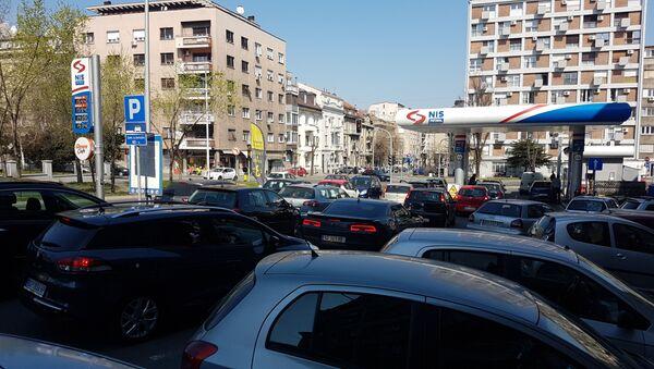 Kolone na pumpama i dalje su duge. - Sputnik Srbija