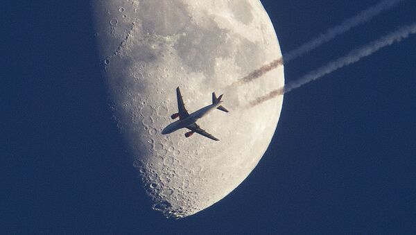 Avion leti pored Meseca. - Sputnik Srbija