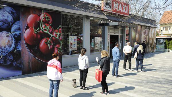 Beograđani u redu ispred prodavnice. - Sputnik Srbija