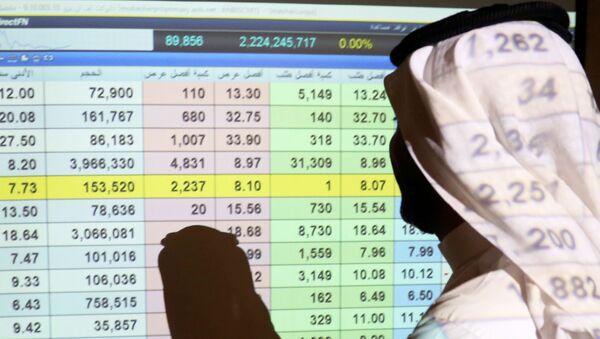 Саудијац стоји испред берзанског дисплеја у банци у Ријаду - Sputnik Србија