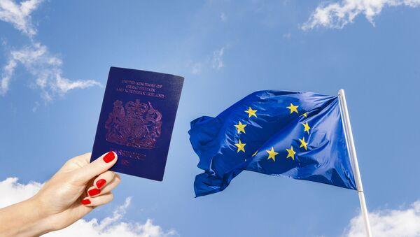 Плави британски пасош и застава ЕУ без једне звезде - Sputnik Србија