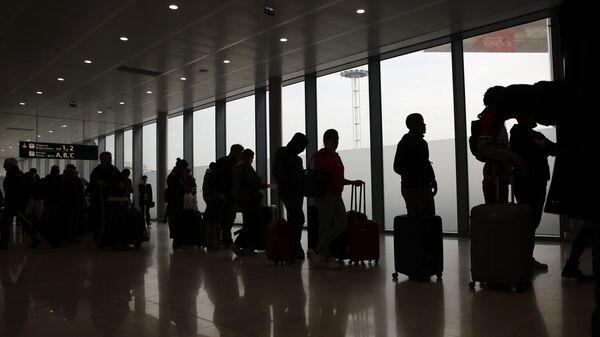 Izlazak iz EU  –putnici na aerodromu u Parizu čekaju let - Sputnik Srbija