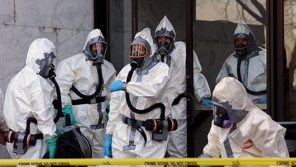 Eksperti za zarazne bolesti u zaštitnim odelima - Sputnik Srbija