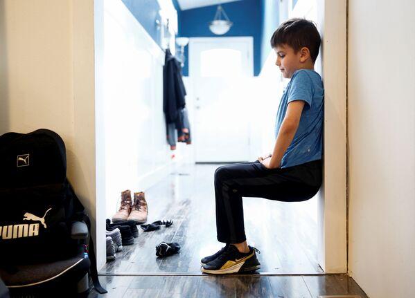 Деветогодишњи Каденс Милер ради вежбе у току пауз од онлајн наставе у Вашингтону. - Sputnik Србија