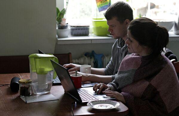 Млади пар у тиму ради од куће у Гдинији у Пољској. - Sputnik Србија